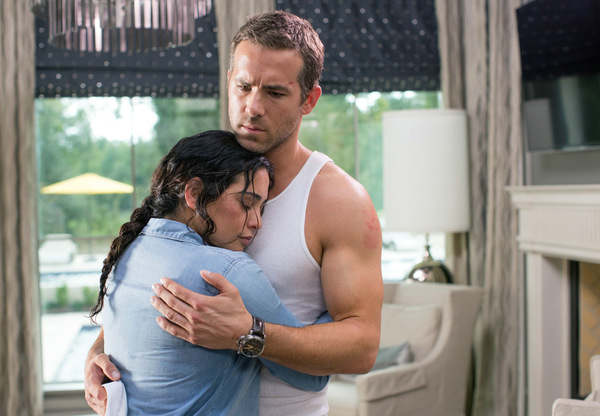Natalie Martinez und Ryan Reynolds in 'Self/less'