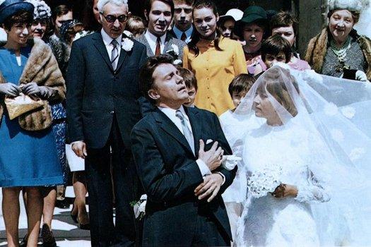 Die Braut trug roten Lippenstift