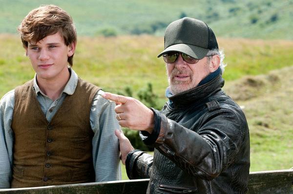 Gefährten: Jeremy Irvine & Spielberg © DreamWorks