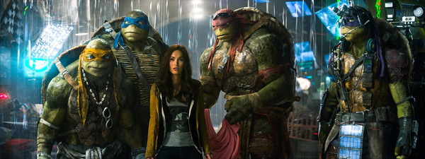 Megan Fox im Kreise der 'Turtles' © Paramount