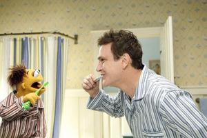Jason Segel mit dem neuen 'Muppet' Walter © Walt Disney