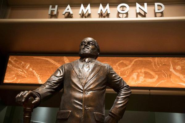 Hammond-Statue in 'Jurassic World' © Colin Trevorrow