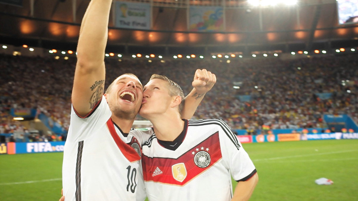 Die Weltmeister Lukas Podolski und Bastian Schweinsteiger in 'Die Mannschaft' (2014) ab 13.11.2014 im Kino © Constantin Film