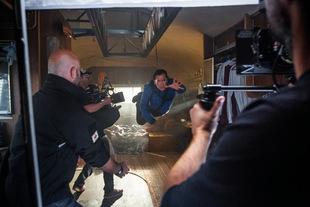 Bruce Campbell hängt in der Luft - bei den Dreharbeiten zur 1. Staffel von 'Ash vs Evil Dead' (2015) © 20th Century Fox