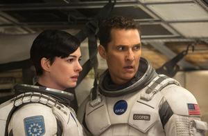 Auf Platz 1: Anne Hathaway und Matthew McConaughey in 'Interstellar' © Warner Bros.