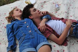 Maika Monroe und Timothée Chalamet in 'Hot Summer Nights' (USA 2017) © A24