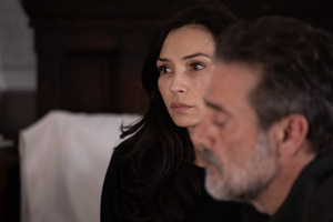 Famke Janssen und Jeffrey Dean Morgan in 'The Postcard Killings' © RLJE Films