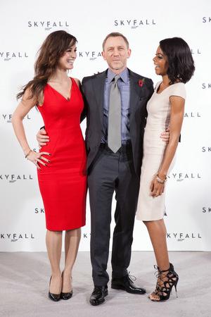 In 'Skyfall' standen 2012 noch Bérénice Marlohe (l.) und Naomie Harris (r.) an Daniel Craigs Seite vor der Presse © Sony Pictures