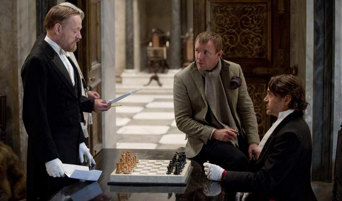 V.l.: Moriarty-Darsteller Jared Harris, Regisseur Guy Ritchie und Robert Downey Jr. als Titelheld in 'Sherlock Holmes 2 - Spiel im Schatten' (USA 2011) © Warner Home Video