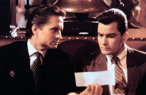 Gordon Gekko (Michael Douglas) führt Bud Fox (Charlie Sheen) zum schnellen Geld.