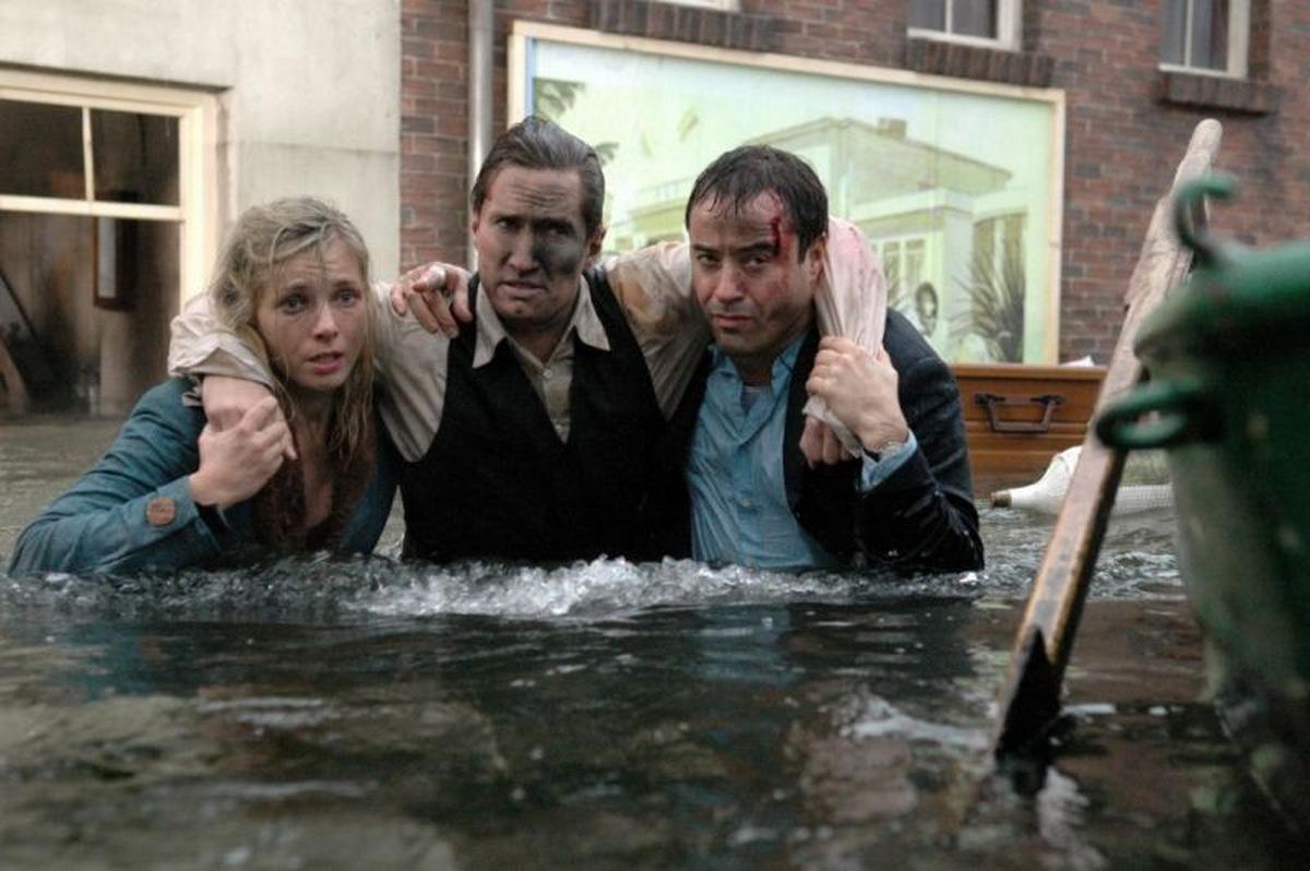 Gemeinsam sind wir stark - gemeinsam gegen das Hochwasser! ('Die Sturmflut' © RTL / Warner Bros. 2005)