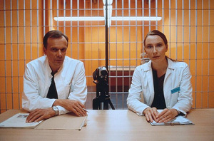 2001: Edgar Selge und Andrea Sawatzki überwachen 'Das Experiment'