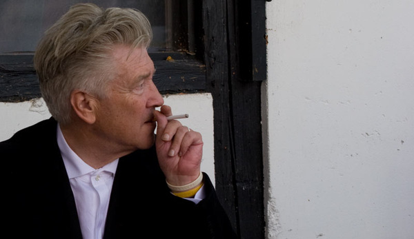 Foto oben: Wir trafen Lynch in einem ruhigen Moment vor dem Mönchehaus Museum in Goslar bei der Kaiserring-Verleihung 2010 © VIDEOBUSTER.de